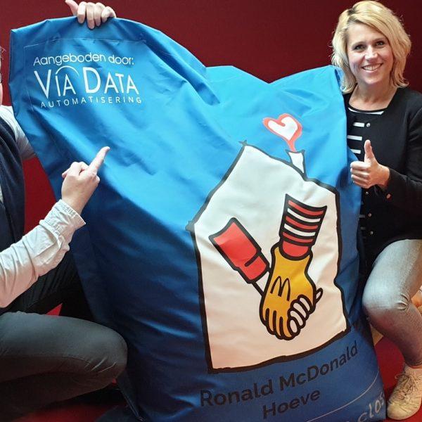 Ronald McDonald Hoeve ontvangt donatie en zitzak van ViaData